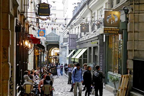 Le Marais est un beau quartier historique dans la partie gay de Paris