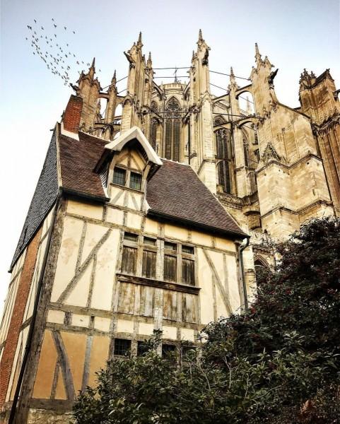 A_Beauvais__visitbeauvais_cette_maison_paysanne_du_15_me_tutoie_la_Cath_drale_Saint-Pierre__httpwww.maisonspaysannesoise.fr_